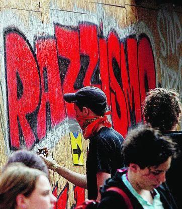 Anche i no global protestano «Il Comune è irresponsabile»