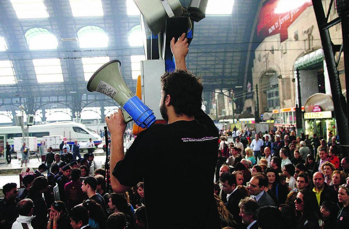 «Biglietti scontati», no global bloccano i treni