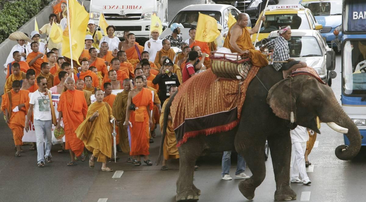"""""""Buddismo religione di Stato"""", i monaci assediano il parlamento a Bangkok"""