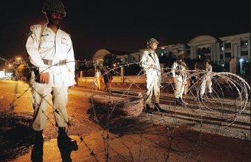 Pakistan: stato d'emergenza, assediate radio e televisione