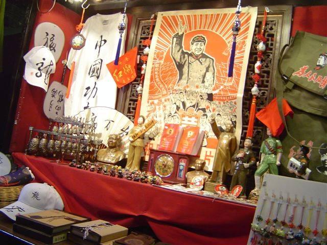 Dalle bandiere rosse alle luci rosse nella storica sede del Pc cinese
