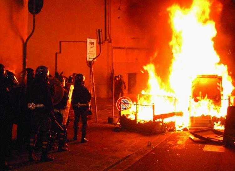 Genova «accoglie» i no global e la polizia deve nascondersi