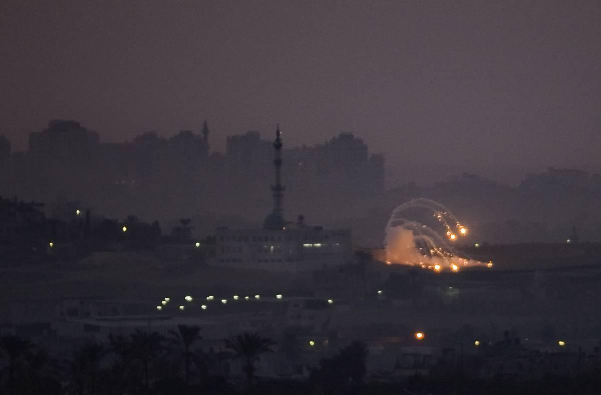I carri armati entrano nella Striscia  Colpita moschea: almeno sedici morti
