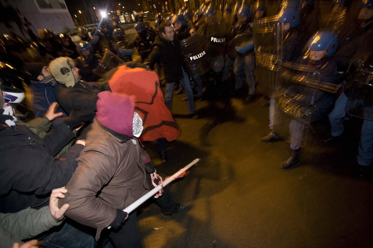 No-global in guerra contro Israele: attaccata la polizia, cinque feriti