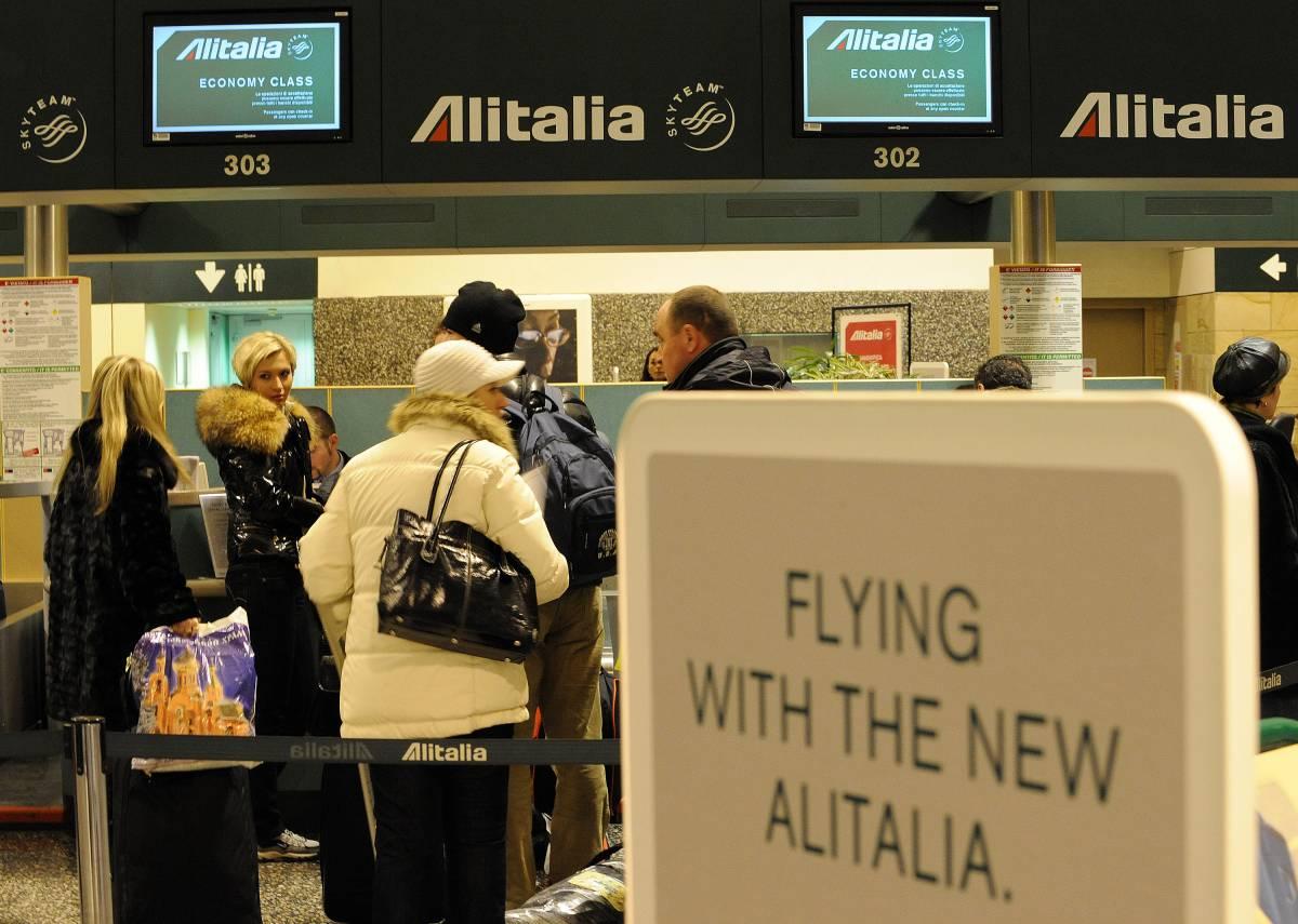 Alitalia, caos al decollo. Formigoni critica Cai