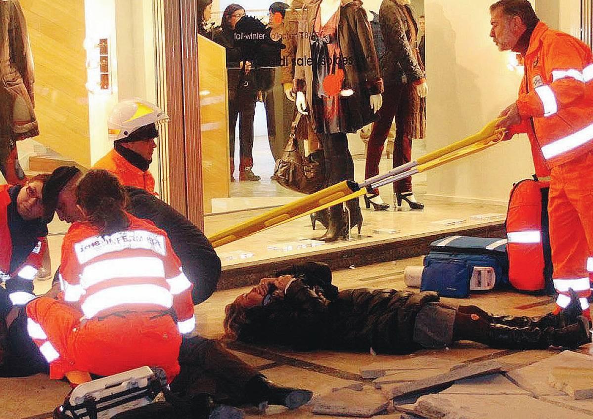 Crollo in corso Vittorio Emanuele  turiste ferite, tragedia sfiorata