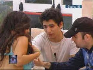 Gf, Cristina fa toccare  il suo decolletè a Jerry