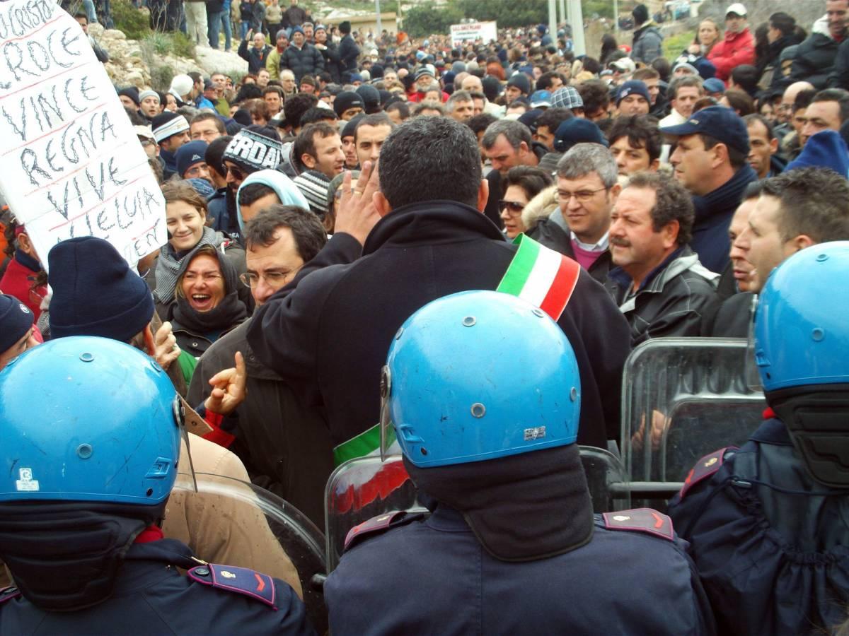 """Lampedusa in rivolta  contro i maxi-sbarchi  Onu: """"Preoccupati"""""""