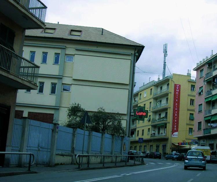 L'antenna cresciuta nella notte  tra palazzi e scuole