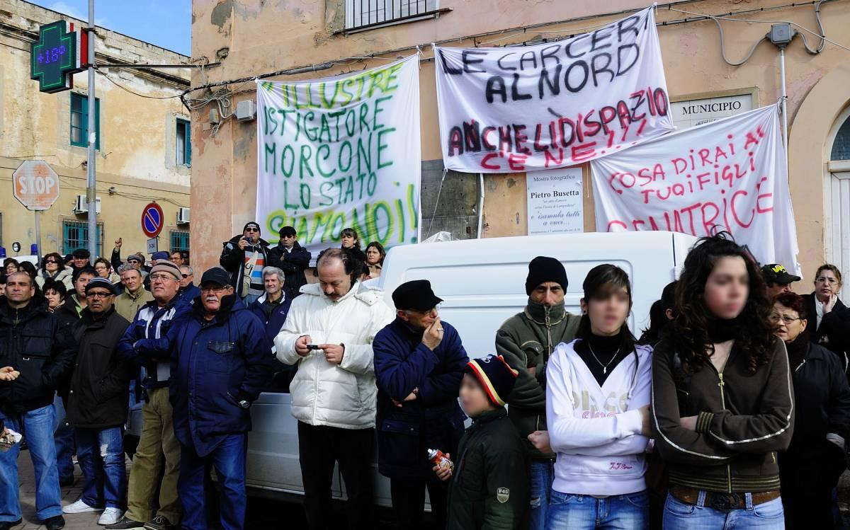 Immigrati, a Massa scontri con la polizia