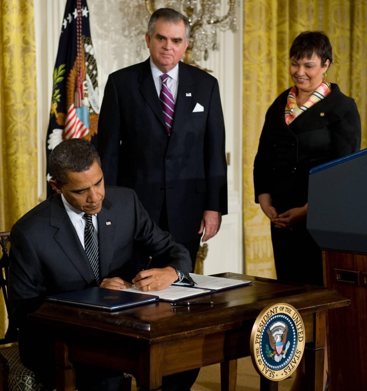 """Obama, svolta """"verde"""": auto ecologiche dal 2011"""