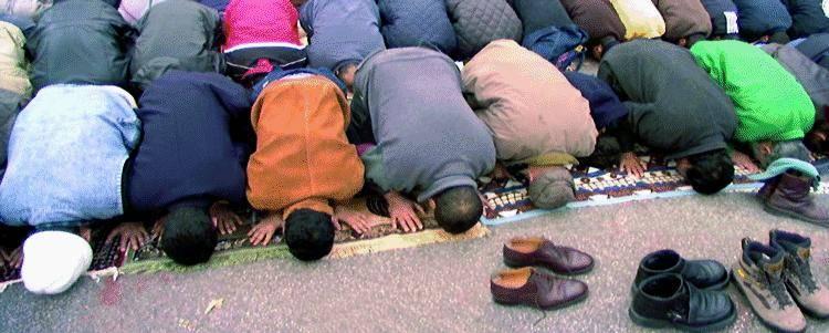 Moschea, riparte  la raccolta firme: «Referendum subito»