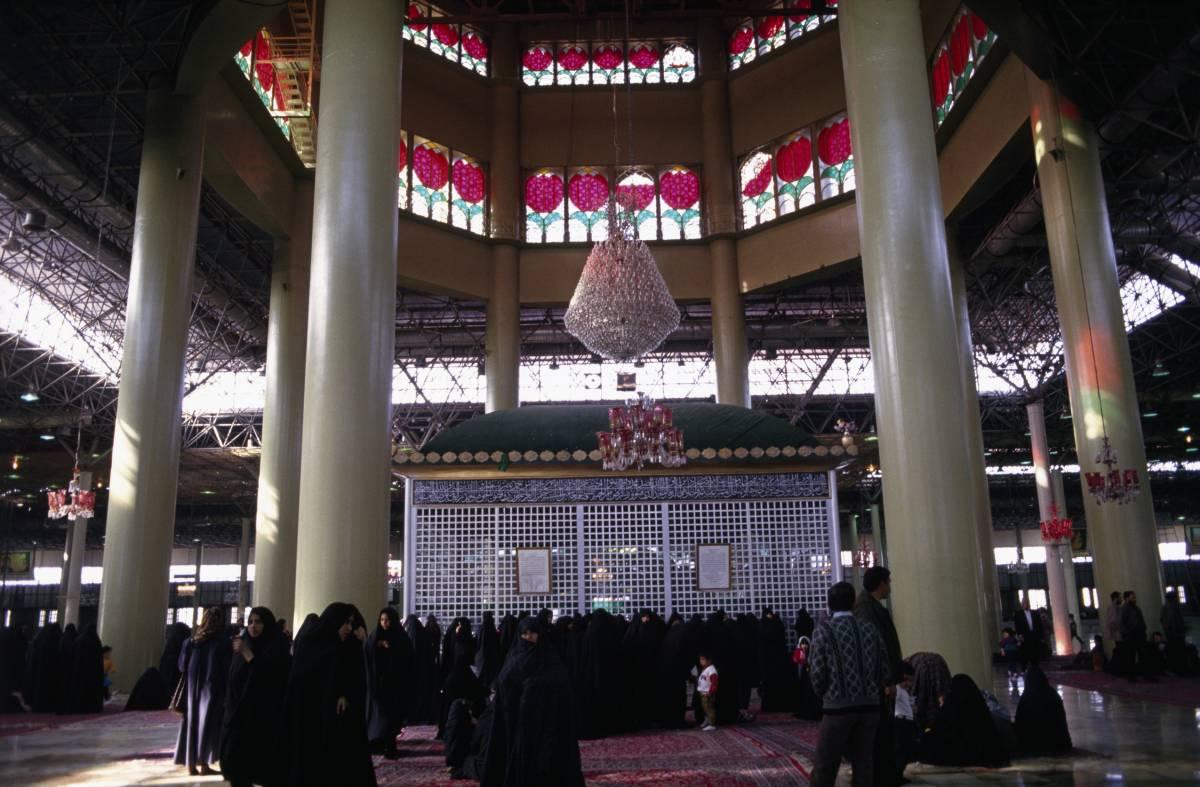 Teheran, un picnic   sulla tomba di Khomeini