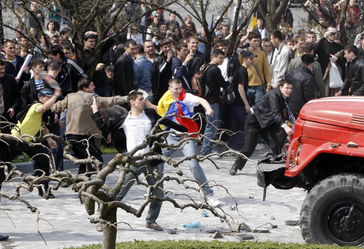 Moldova, anticomunisti  assaltano il parlamento:  uffici in fiamme, un morto