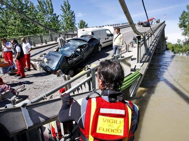Crolla il ponte appena ristrutturato: auto nel Po