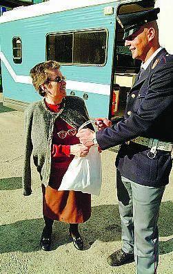 Anziana vittima di un truffatore si sente male durante il riconoscimento all'americana