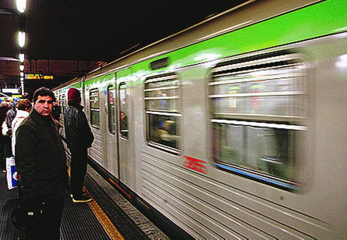 «In metrò vagoni solo per milanesi» Pdl e Pd insorgono contro la Lega