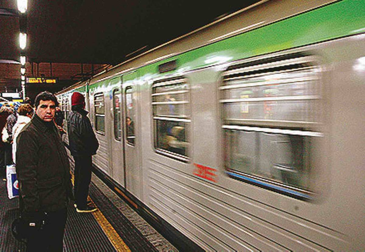 """""""In metrò vagoni  riservati ai milanesi""""  Pdl e Pd insorgono contro la Lega"""