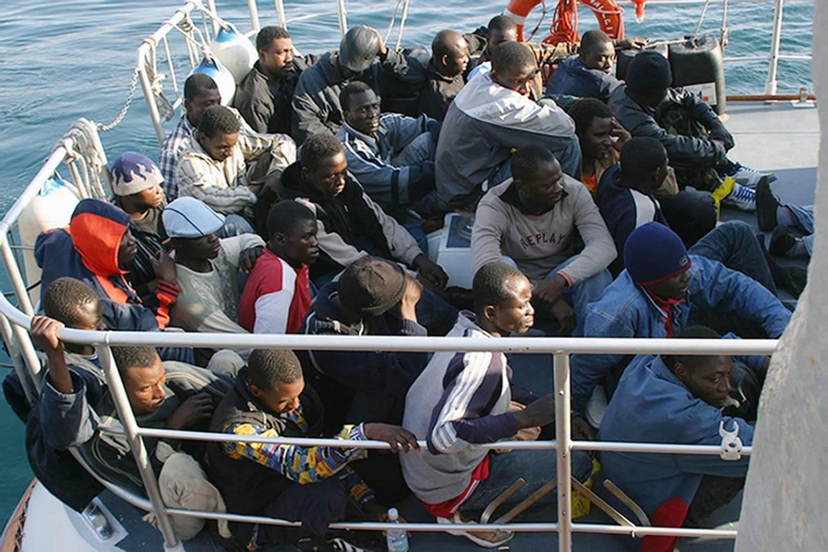 """Immigrati, in Libia un altro barcone  Bossi: """"La nostra linea fa proseliti"""""""