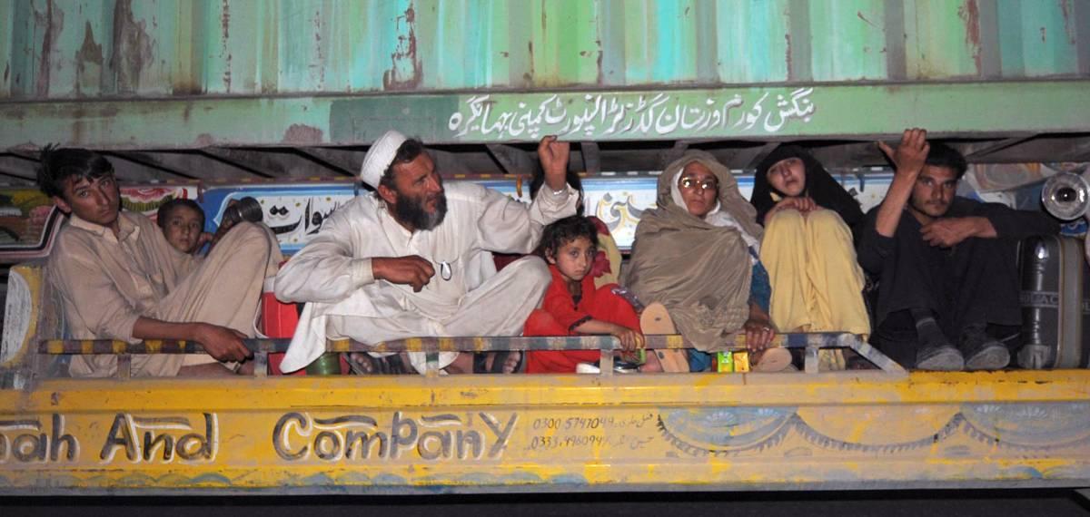 Pakistan, esodo biblico  Civili in fuga dai talebani