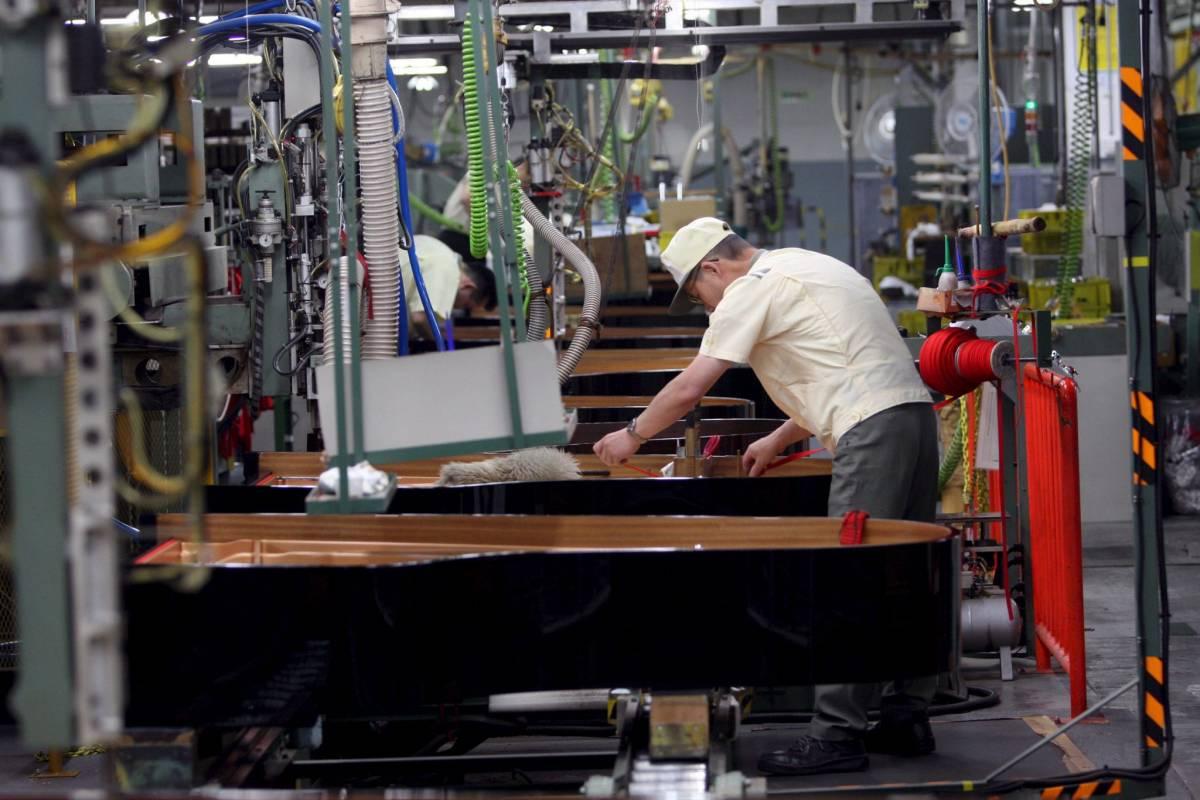 Istat, produzione industriale a picco: -23,8%