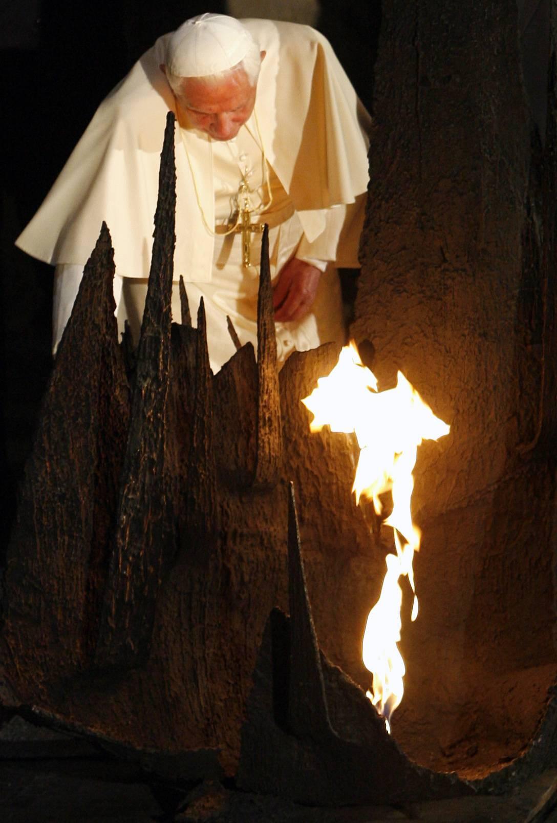 """Il Papa al museo della Shoah: """"Mai più un simile orrore"""""""