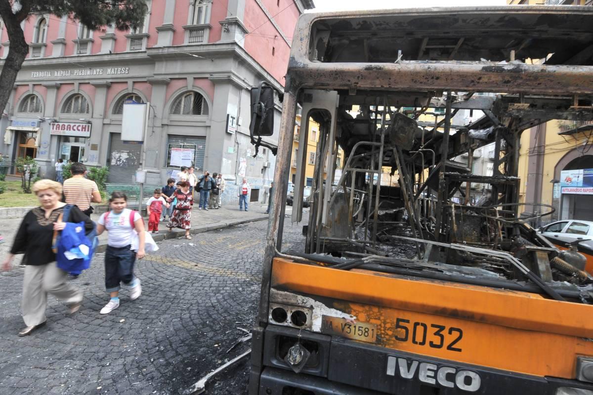 Napoli, incappucciati  bruciano bus in centro  Occupata sede del Pdl