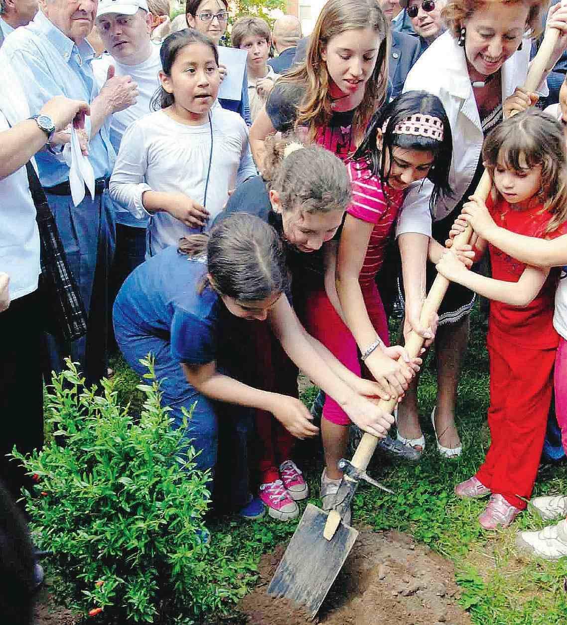 """Fra i palazzi spunta il giardino fai da te  La Moratti: """"Un esempio per tutta la città"""""""