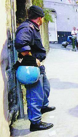 Cittadini assaltano i poliziotti che arrestano spacciatore