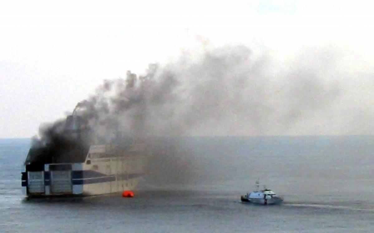 Palermo, rogo sul traghetto: salve 526 persone