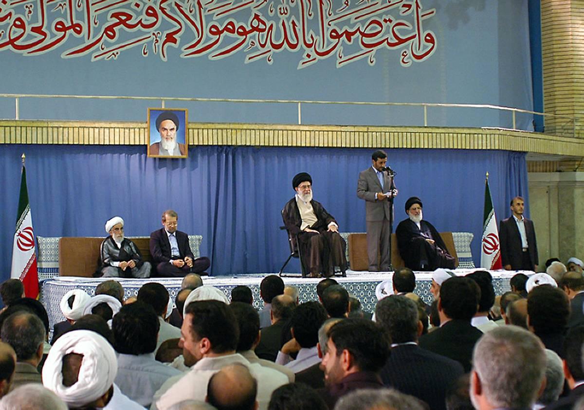 """Khamenei """"incorona"""" Ahmadinejad"""