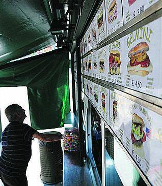 I politici finiscono nel panino e i milanesi se li «mangiano»