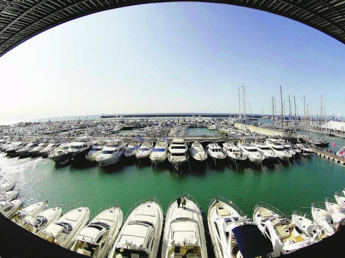 Sotto l'ombrellone sognando barche a vela e grandi yacht