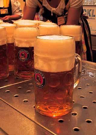 Donne: bere la birra fa bene alle ossa