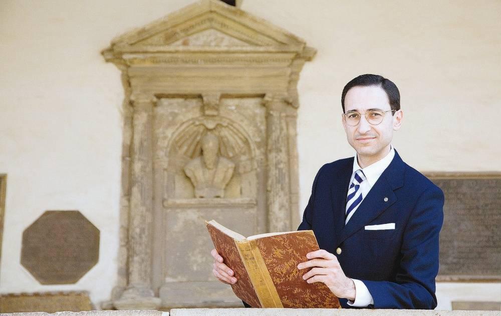 """Il precettore che fa le pulci ai santi  """"Gli unici seri? I carabinieri"""""""