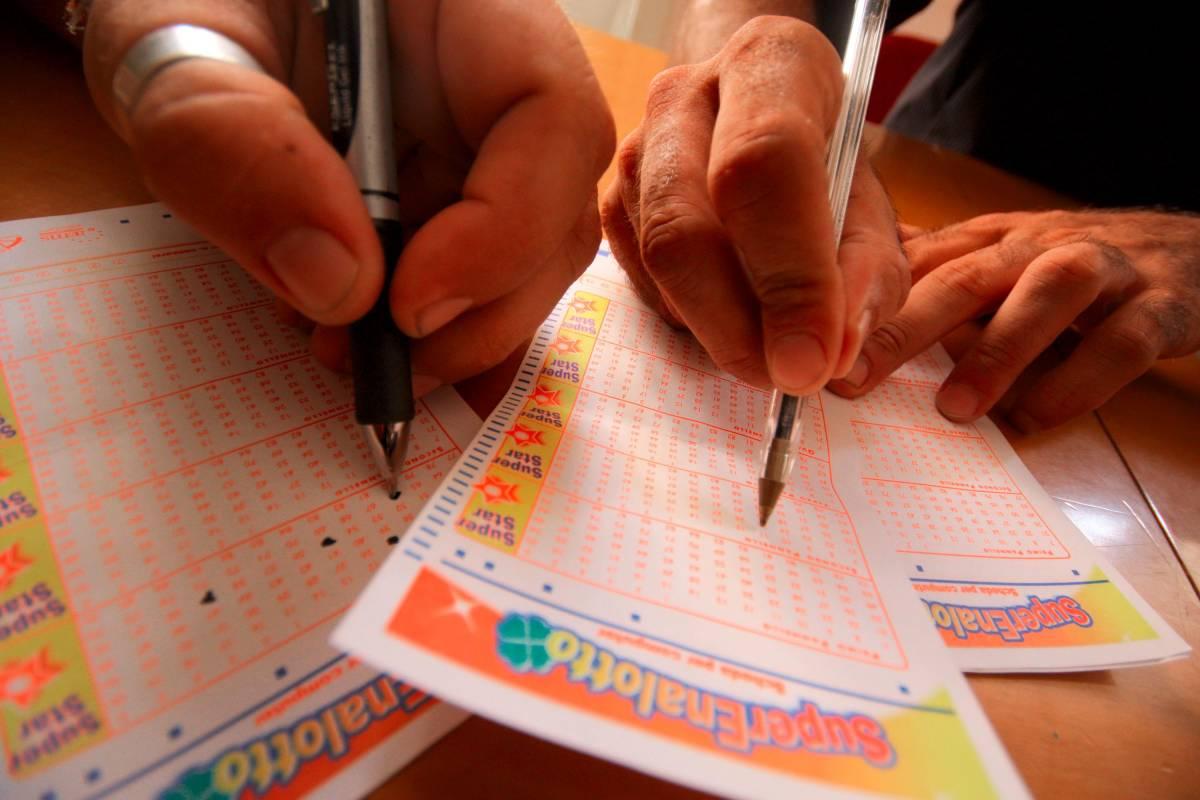 Superenalotto in bianco:  jackpot da 143 milioni  Scoppia la febbre del gioco