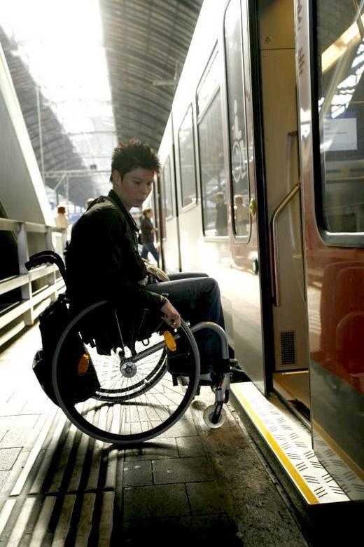 """I """"volontari"""" che girano in Bentley   e lasciano gli invalidi in carrozzella"""