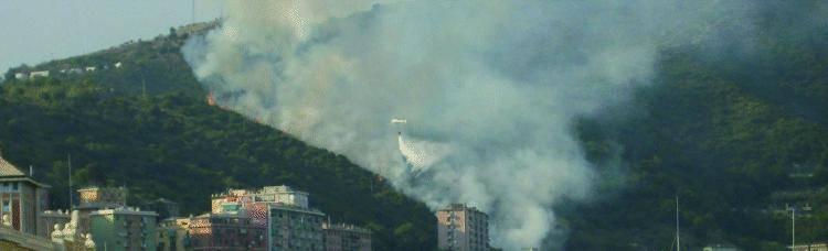 La Liguria assediata tra acqua e fuoco Brucia Borgoratti, autobotti nel Tigullio