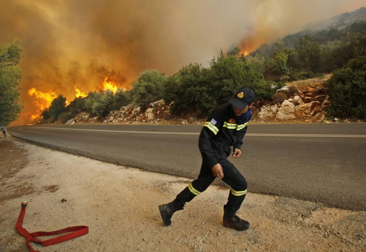 Grecia, le fiamme alla periferia di Atene