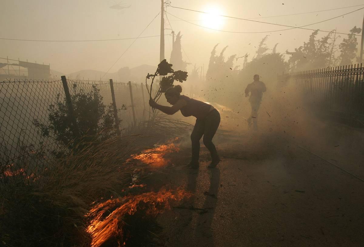 Grecia, le fiamme alle porte di Atene  Ma i venti stanno calando: è tregua