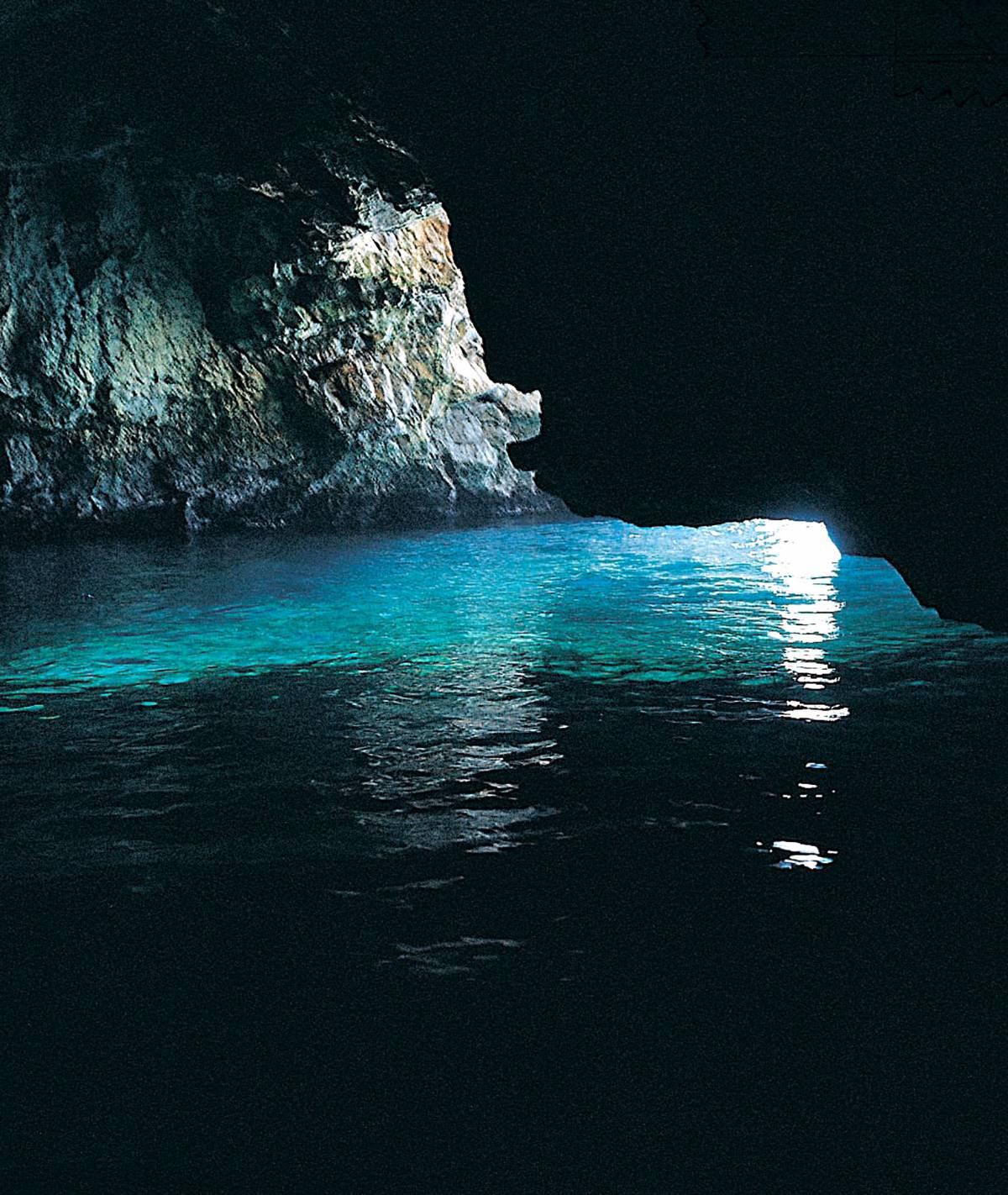 A Capri la Capitaneria  chiude la Grotta azzurra:  schiuma bianca e malori