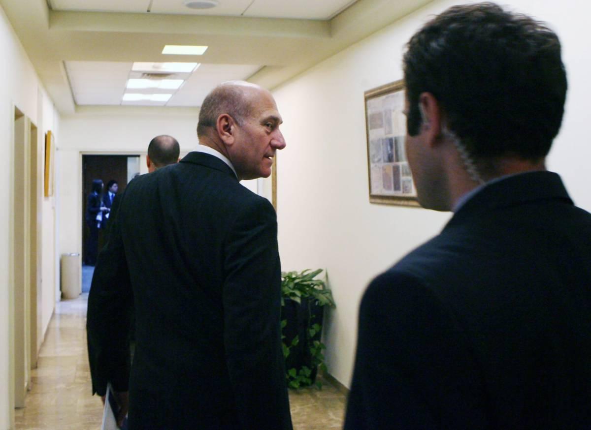 Israele, incriminazione per Olmert: a processo