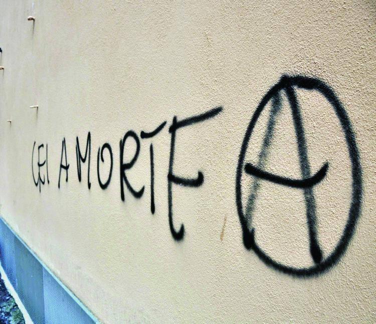 La Digos sgombera Villa Li Gotti: fuori gli anarchici