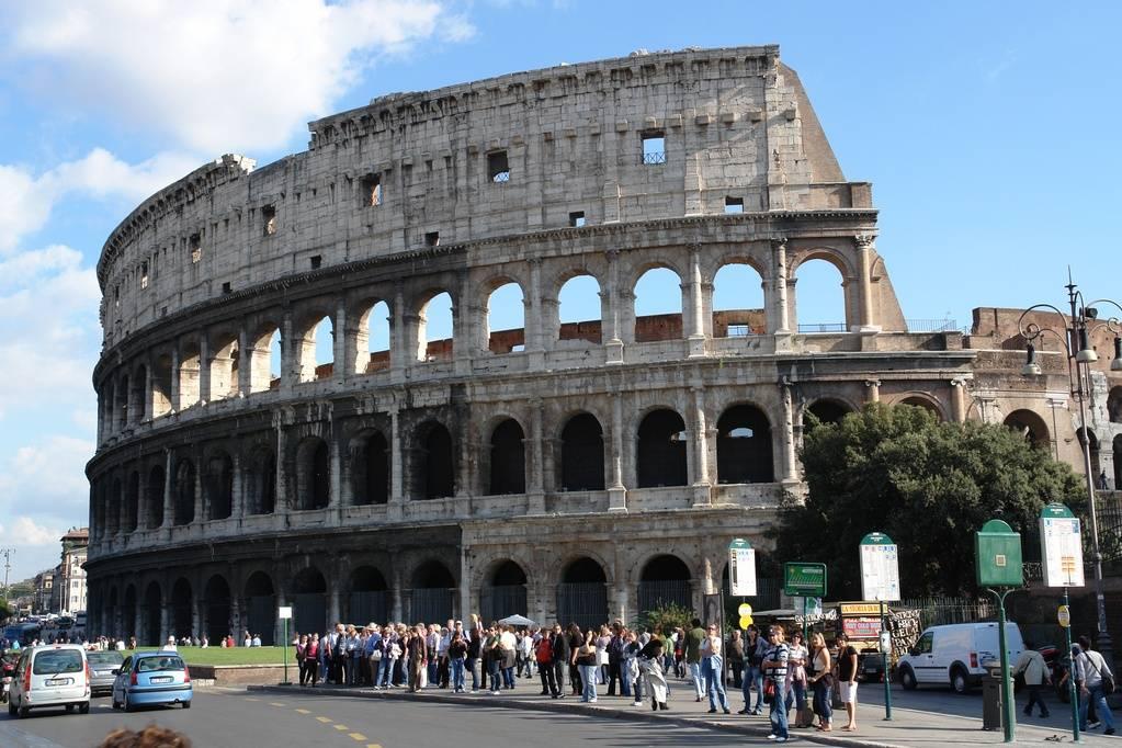 Solo un teatro vuoto e caotico?   Inglesi, giù le mani dal Colosseo