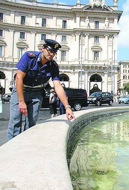 Piazza Esedra Romeno danneggia la fontana