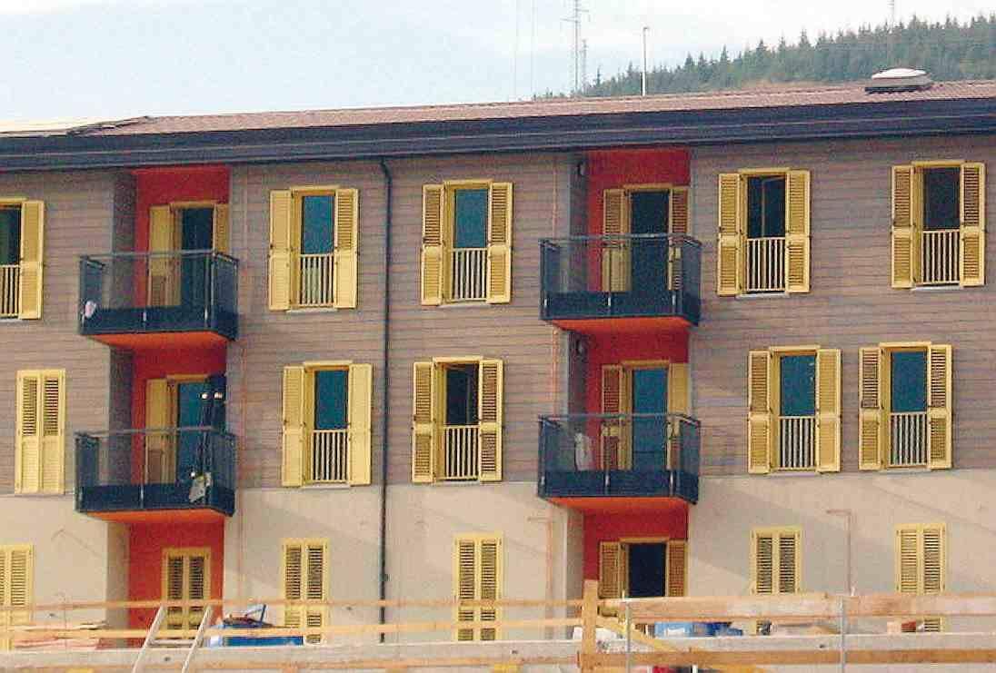 L'Aquila che risorge: parquet e persiane gialle  a Bazzano aprono i primi 280 alloggi