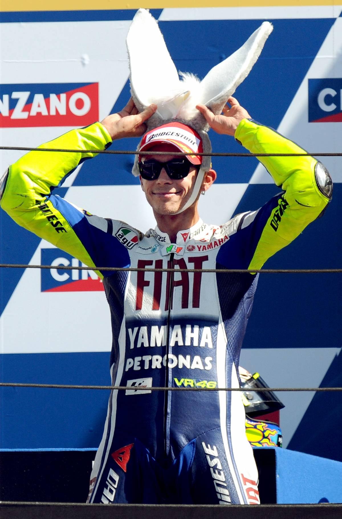 """Rossi, lezione di guida  a Lorenzo: il """"somaro""""  in trionfo a Misano"""