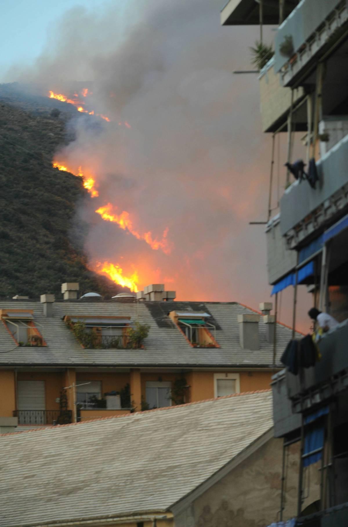 Incendi, paura in Liguria:  Genova è sotto assedio  evacuazioni e Canadair