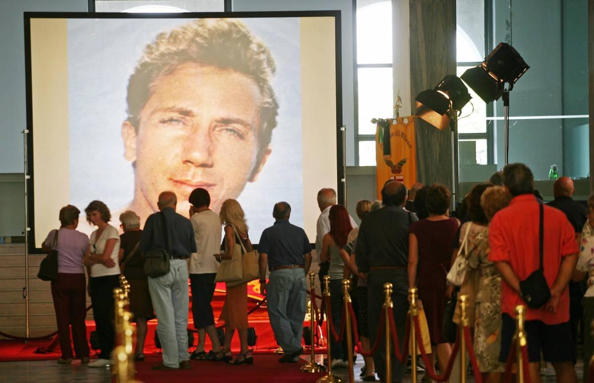 Triennale, tutti in fila per salutare Mike  Domani in Duomo i funerali di Stato