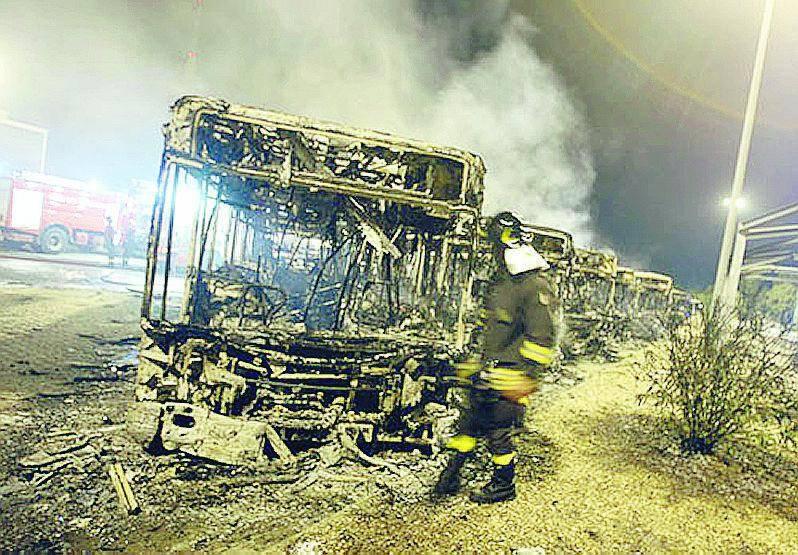 Brucia deposito Atac: tre feriti e 24 autobus danneggiati